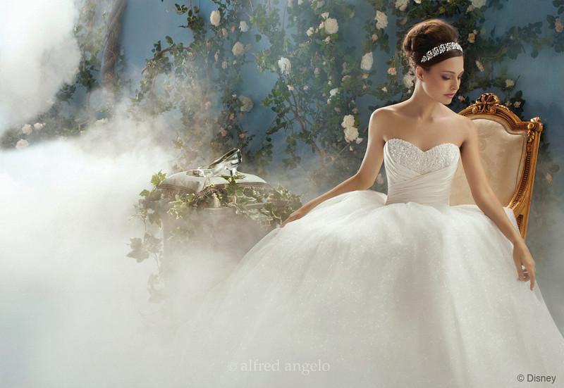 Hamupipőke menyasszonyi ruhája