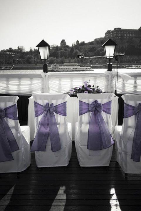 Polgári szertartás lila színű dekorációja