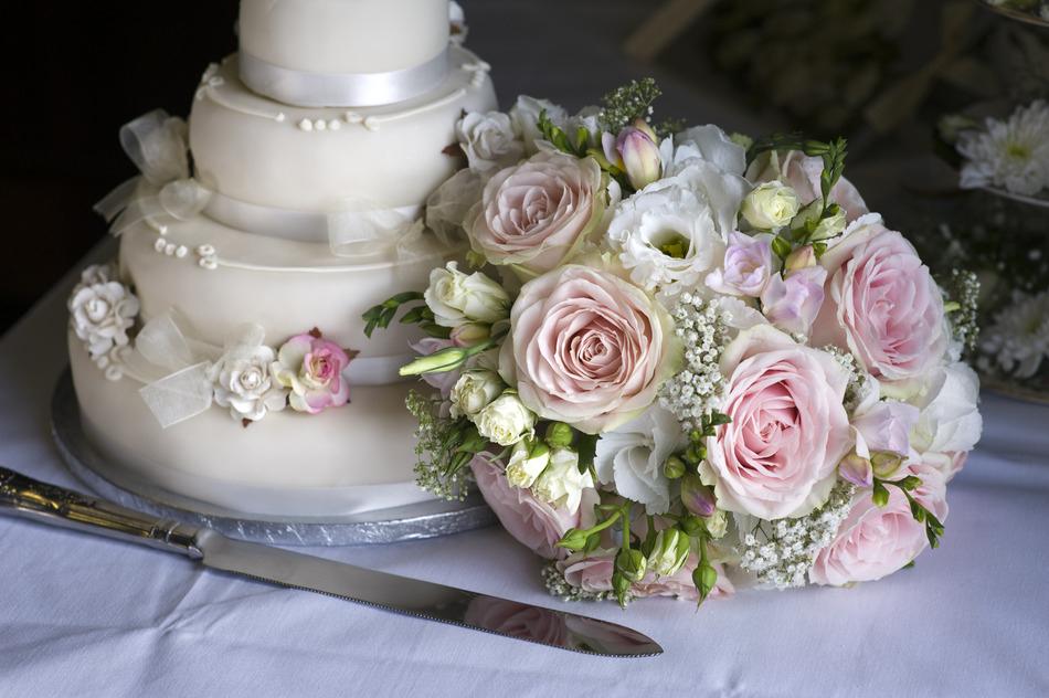 Menyasszonyi csokor és a torta közötti harmónia