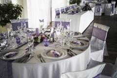 Lila színű esküvői asztaldekoráció